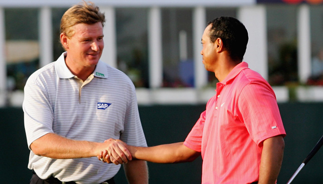 Ernie Els (L) and Tiger Woods (R).