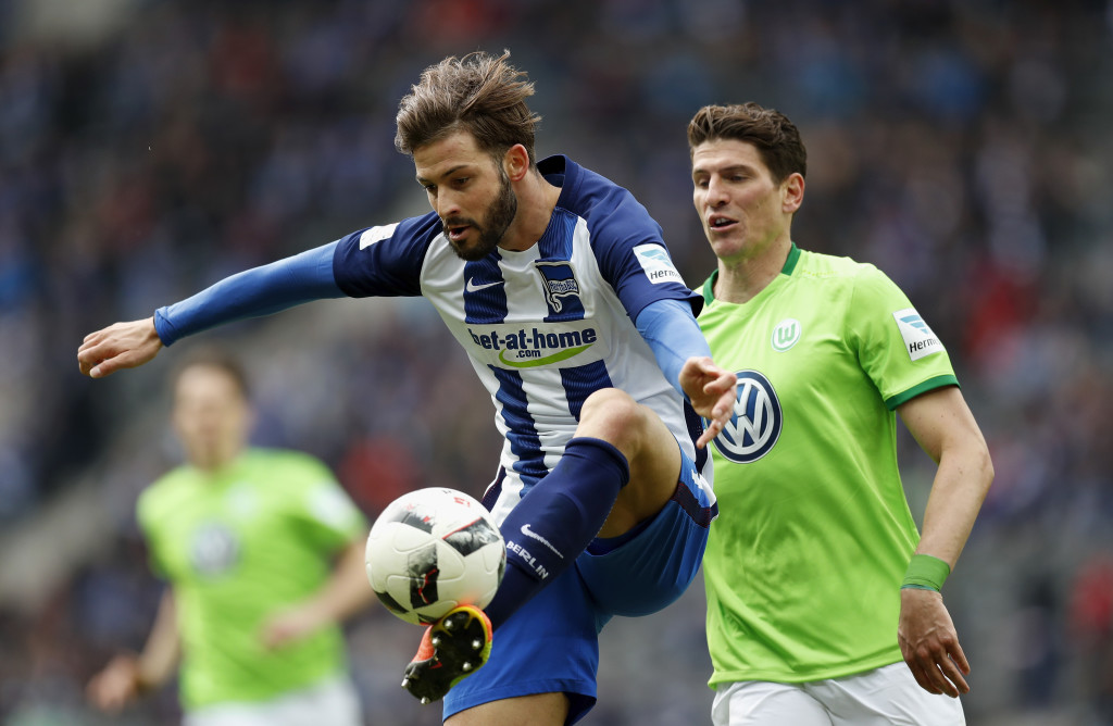 BERLIN, GERMANY - APRIL 22: Marvin Plattenhardt of Hertha BSC is challenged by Mario Gomez of VfL Wolfsburg during the Bundesliga match between Hertha BSC and VfL Wolfsburg at Olympiastadion on April 22, 2017 in Berlin, Germany. (Photo by Boris Streubel/Bongarts/Getty Images)
