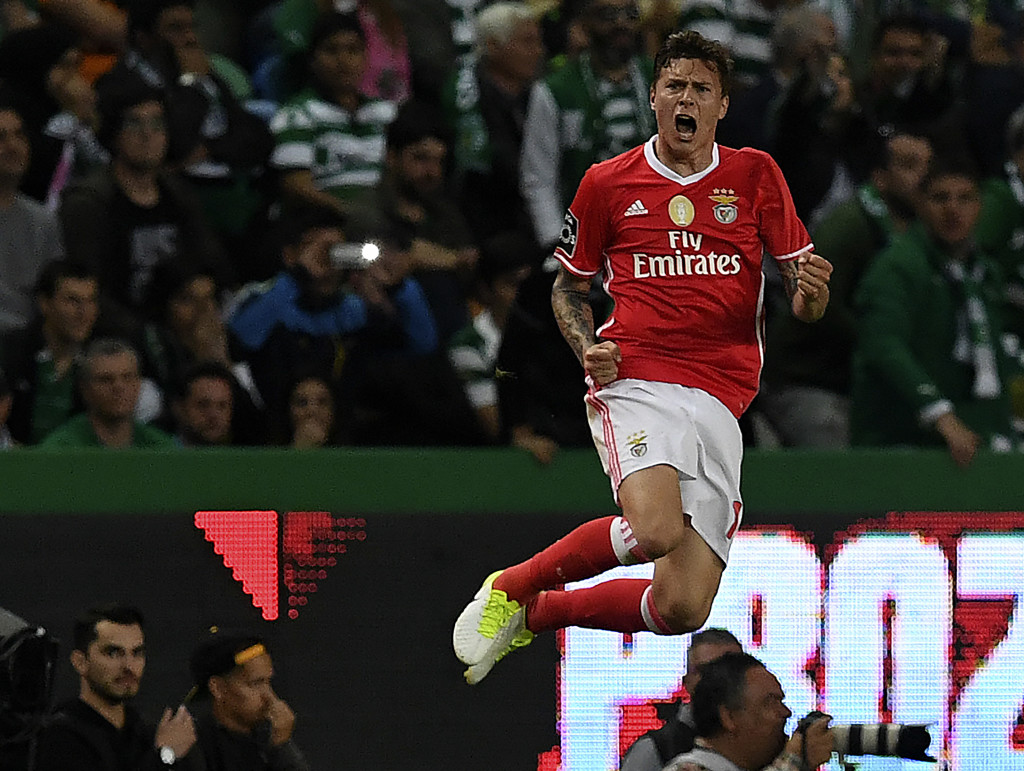 Benfica's Swedish defender Victor Nilsson-Lindelof celebrates after scoring the equalizer goal during the Portuguese league football match Sporting CP vs SL Benfica at the Alvalade stadium in Lisbon on April 22, 2017. / AFP PHOTO / FRANCISCO LEONG (Photo credit should read FRANCISCO LEONG/AFP/Getty Images)