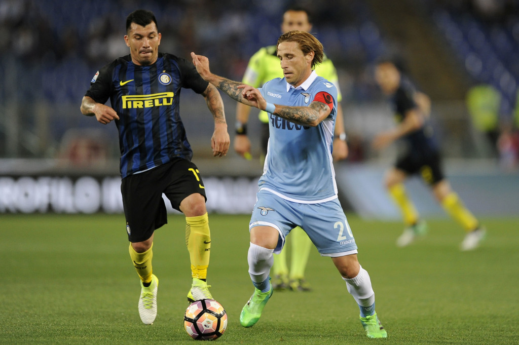ROME, ROMA - MAY 21: Gary Medel of FC Internazionale compete for the ball with Lucas Biglia of SS Lazio during the Serie A match between SS Lazio and FC Internazionale at Stadio Olimpico on May 21, 2017 in Rome, Italy. (Photo by Marco Rosi/Getty Images)