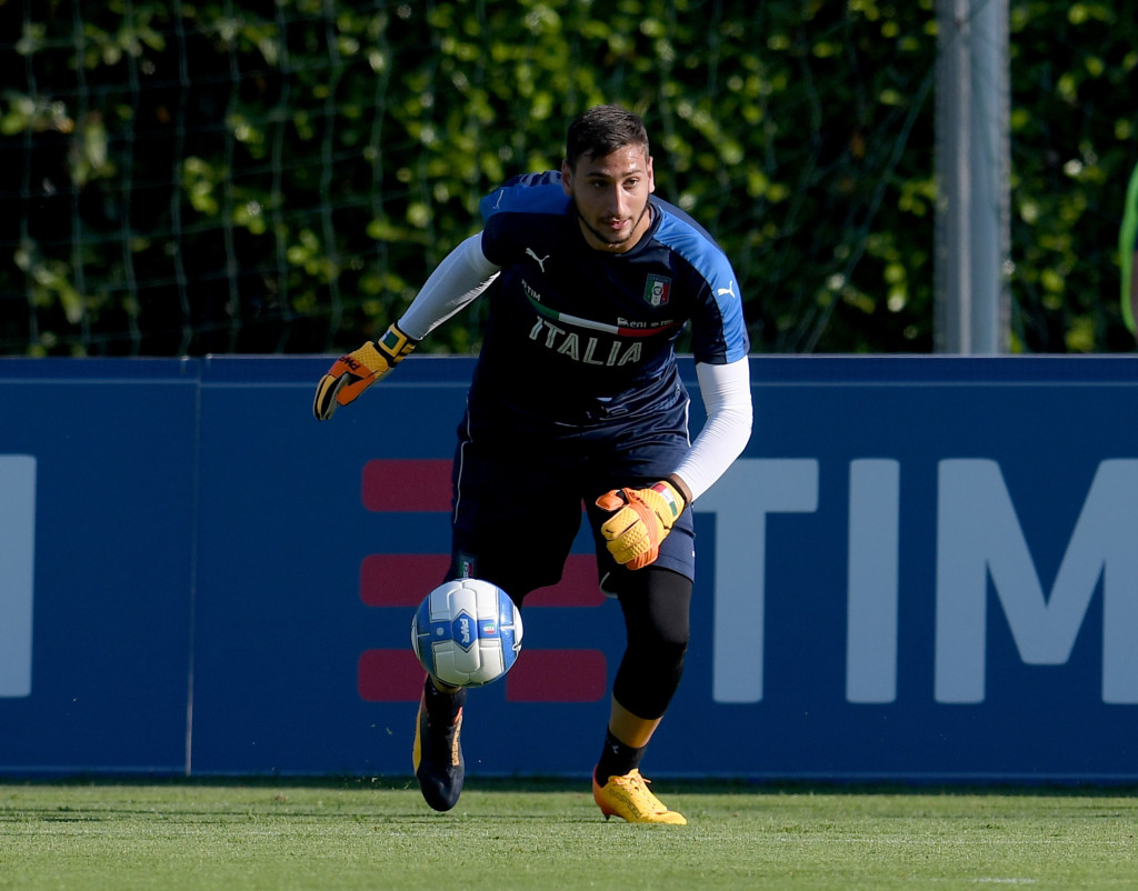 FLORENCE, ITALY - JUNE 03: Gianluigi Donnarumma of Italy in action during the training session at Coverciano at Coverciano on June 03, 2017 in Florence, Italy. (Photo by Claudio Villa/Getty Images)