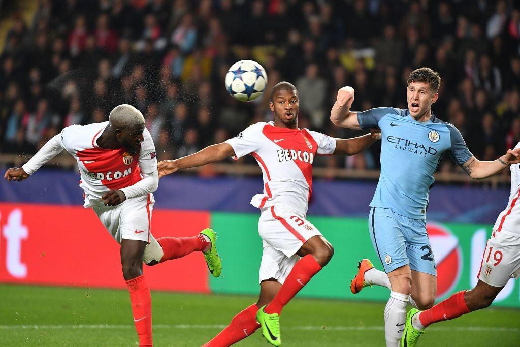 Tiemoue Bakayoko (L) scores vs Manchester City