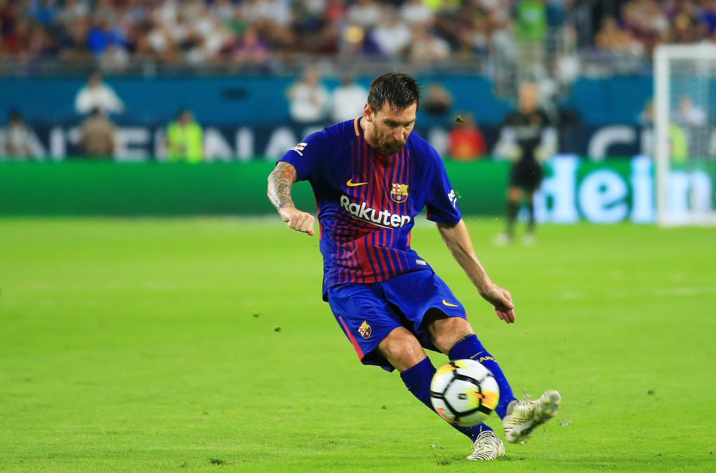 MIAMI GARDENS, FL - JULY 29: Lionel Messi #10 of Barcelona controls the ball against in the first half against Real Madrid during their International Champions Cup 2017 match at Hard Rock Stadium on July 29, 2017 in Miami Gardens, Florida. (Photo by Chris Trotman/Getty Images)