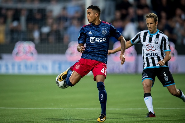 Justin Kluivert battled for the ball with Bart van Hintum