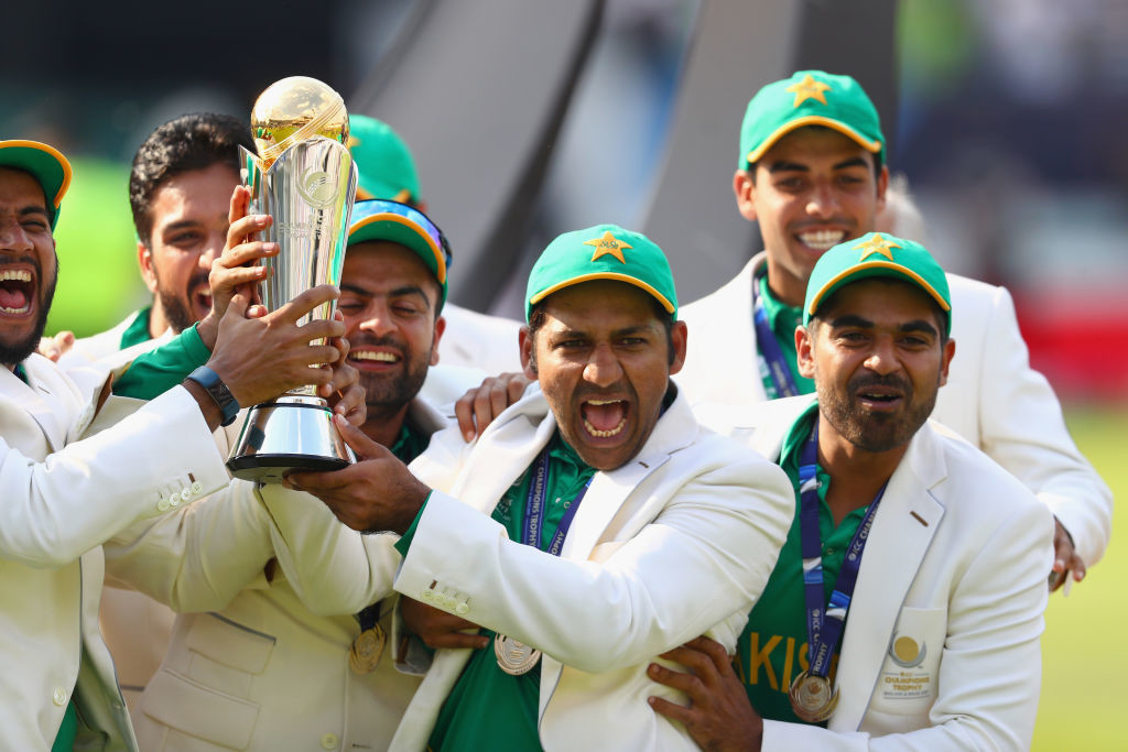 Sarfraz lifts the Champions Tropy after Pakistan stunned India in the final