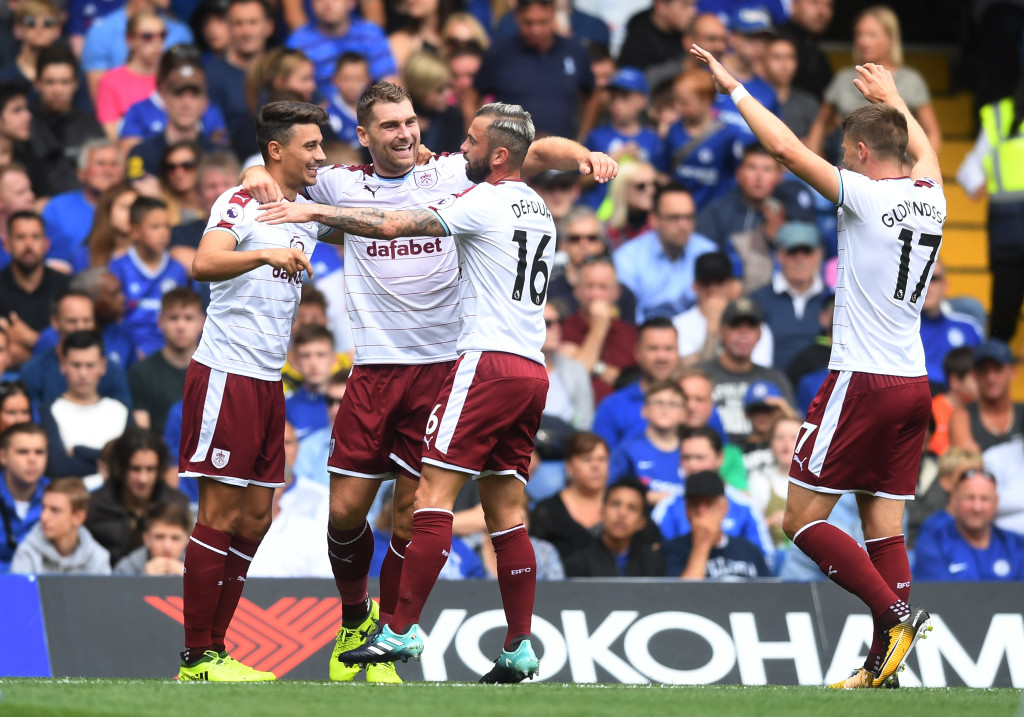LONDON, ENGLAND - AUGUST 12: Sam Vokes of Burnley celebrates scoring his sides first goal with his Burnley team mates during the Premier League match between Chelsea and Burnley at Stamford Bridge on August 12, 2017 in London, England. (Photo by Michael Regan/Getty Images)