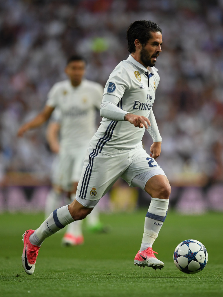 MADRID, SPAIN - APRIL 18: Isco of Real Madrid controls the ball during the UEFA Champions League Quarter Final second leg match between Real Madrid CF and FC Bayern Muenchen at Estadio Santiago Bernabeu on April 18, 2017 in Madrid, Spain. (Photo by Matthias Hangst/Bongarts/Getty Images)
