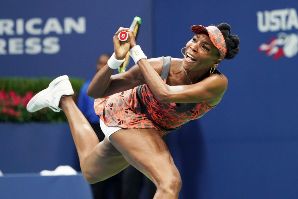 TOPSHOT - Venus Williams of the US returns the ball to Czech Republic's Petra Kvitova during their 2017 US Open Women's Singles Quarterfinal match at the USTA Billie Jean King National Tennis Center in New York on September 5, 2017. Seven-time Grand Slam champion Venus Williams became the oldest Grand Slam semi-finalist since 1994 at age 37 by defeating two-time Wimbledon champion Petra Kvitova 6-3, 3-6, 7-6 (7/2). / AFP PHOTO / Don EMMERT (Photo credit should read DON EMMERT/AFP/Getty Images)