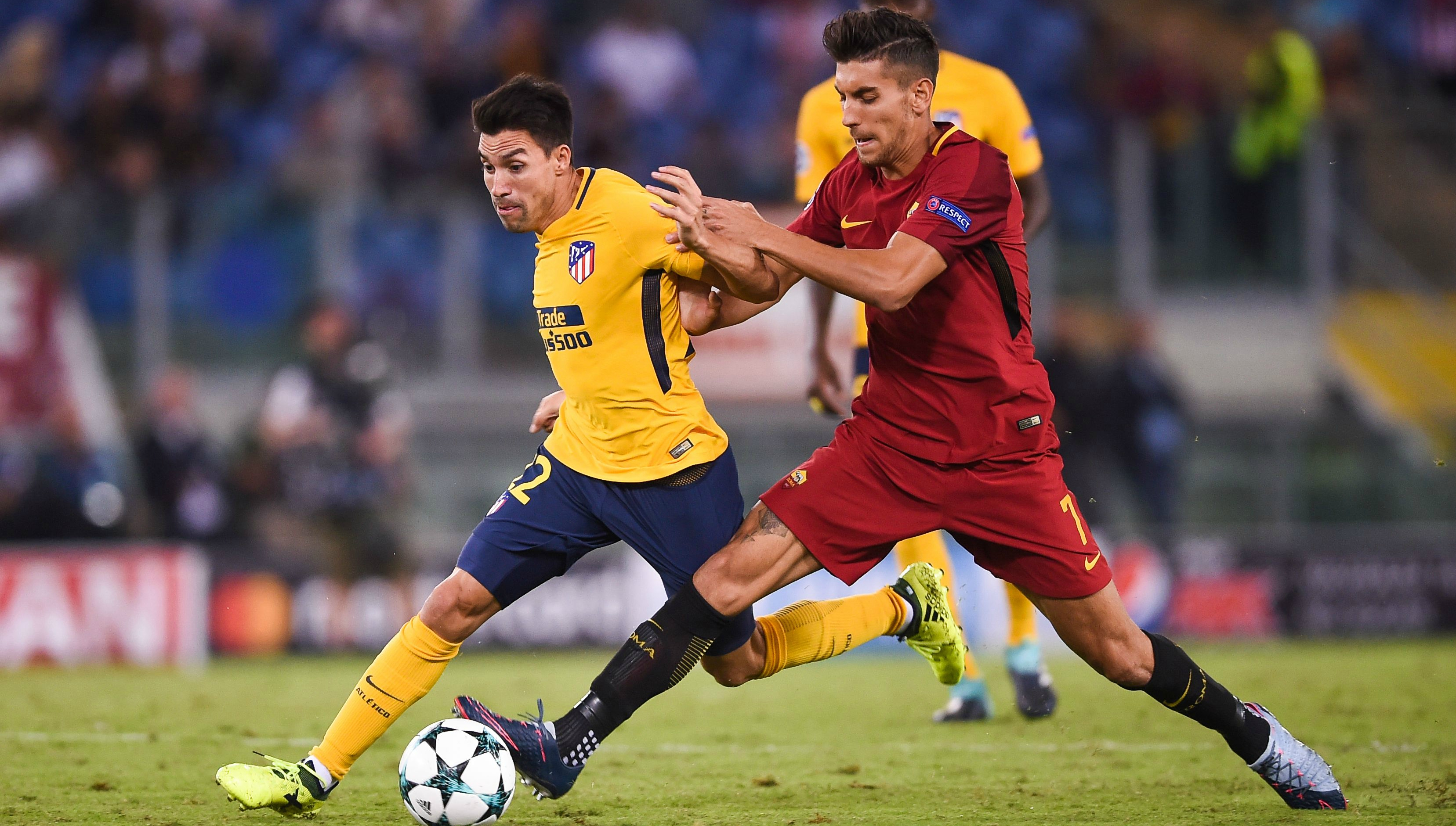 Roma midfield Lorenzo Pellegrini (R)