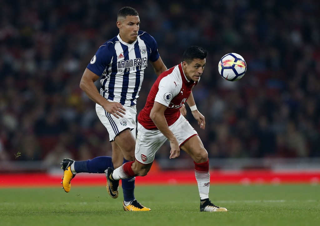 West Bromwich Albion's English midfielder Jake Livermore (L) vies with Arsenal's Chilean striker Alexis Sanchez during the English Premier League football match between Arsenal and West Bromwich Albion at the Emirates Stadium in London on September 25, 2017. / AFP PHOTO / Ian KINGTON / RESTRICTED TO EDITORIAL USE. No use with unauthorized audio, video, data, fixture lists, club/league logos or 'live' services. Online in-match use limited to 75 images, no video emulation. No use in betting, games or single club/league/player publications. / (Photo credit should read IAN KINGTON/AFP/Getty Images)
