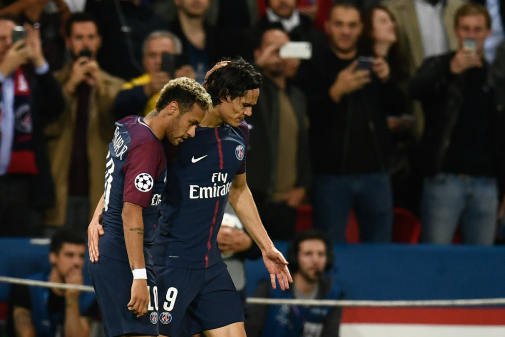 Cavani congratulates Neymar after his goal