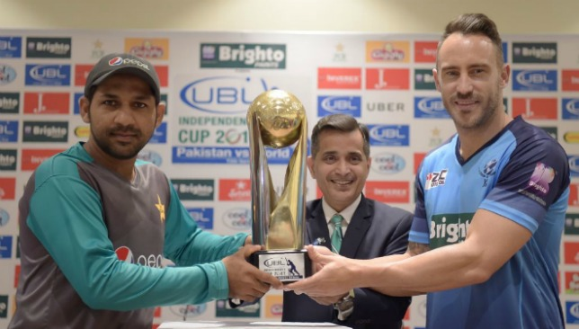 Sarfraz Ahmed and Faf du Plessis jointly display the Independence Cup.