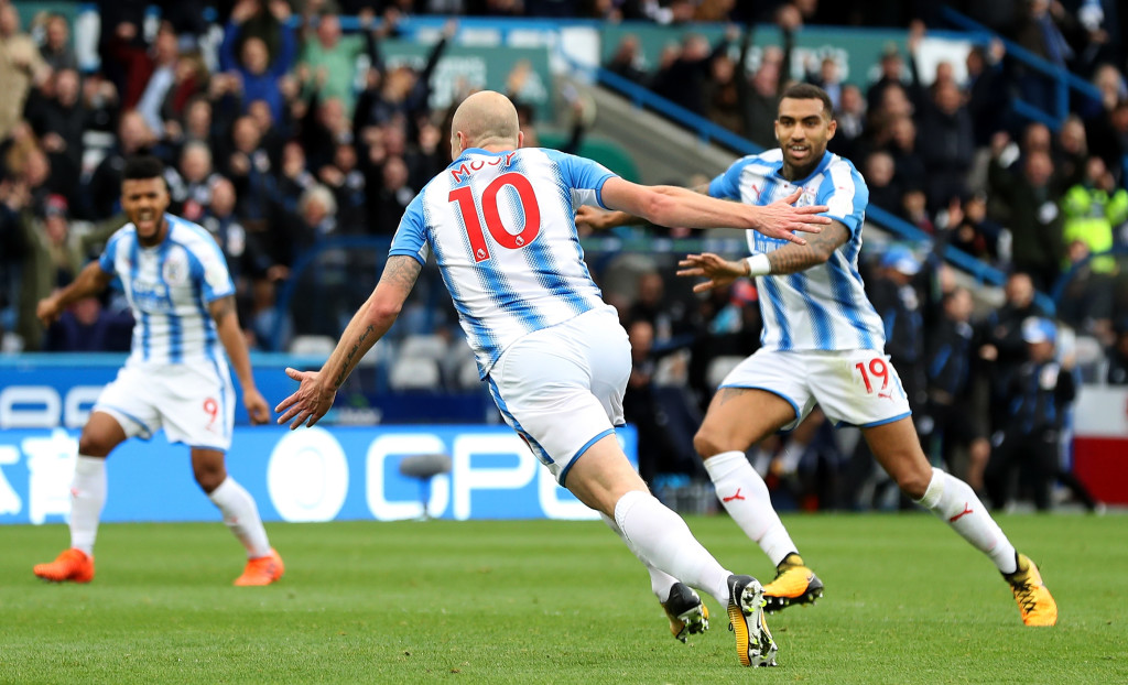 HUDDERSFIELD, ENGLAND - OCTOBER 21: Aaron Mooy of Huddersfield Town celebrates as he scores their first goal during the Premier League match between Huddersfield Town and Manchester United at John Smith's Stadium on October 21, 2017 in Huddersfield, England. (Photo by Matthew Lewis/Getty Images)