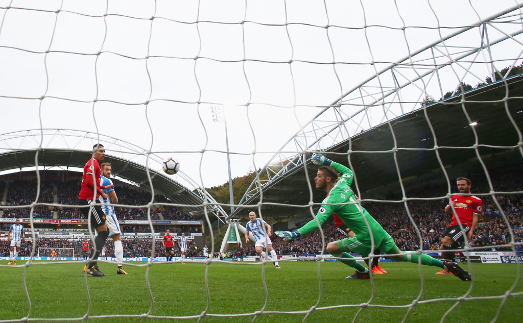 HUDDERSFIELD, ENGLAND - OCTOBER 21: Aaron Mooy of Huddersfield Town scores their first goal past goalkeeper David De Gea of Manchester United during the Premier League match between Huddersfield Town and Manchester United at John Smith's Stadium on October 21, 2017 in Huddersfield, England. (Photo by Matthew Lewis/Getty Images)