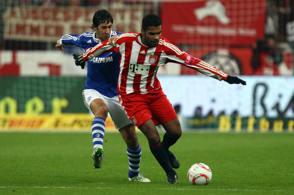 Breno (R) battles for the ball with Raul