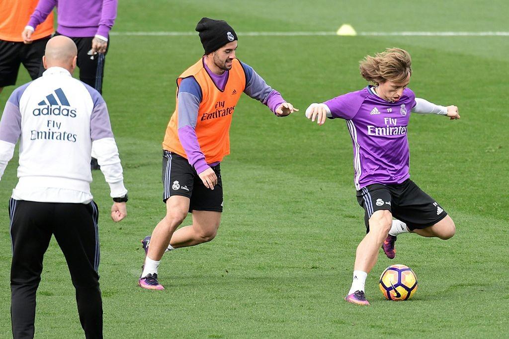 Luka Modric (R) and Isco