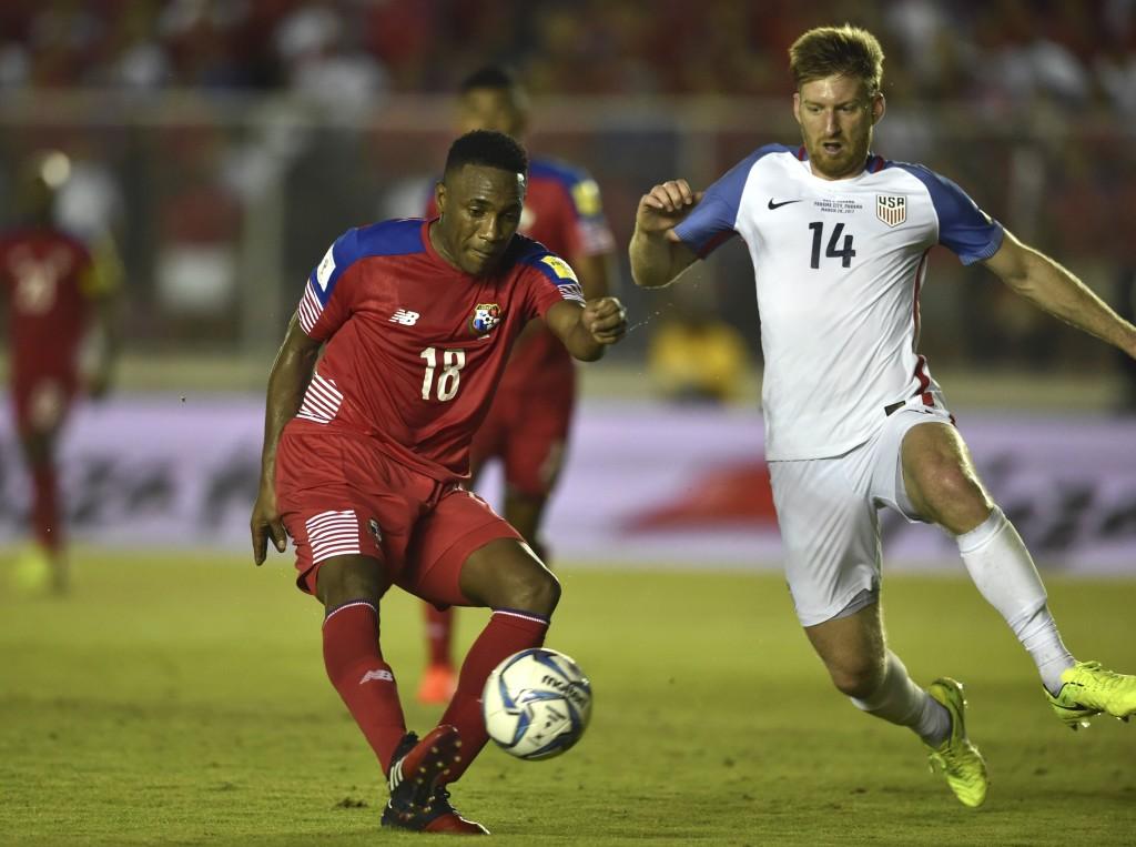 Panama forward Luis Tejada (L)