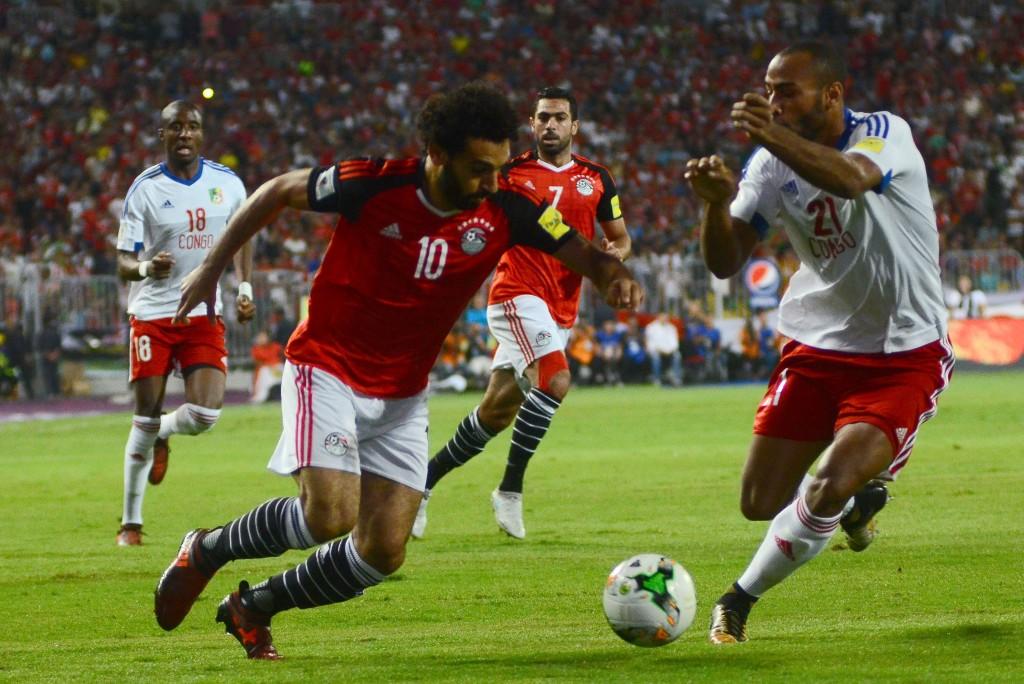 Egypt's Mohamed Salah (l)