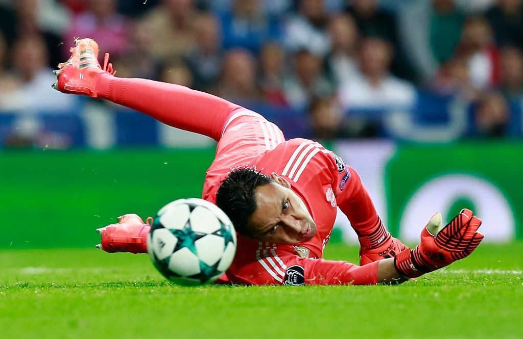 MADRID, SPAIN - OCTOBER 17: Keylor Navas of Real Madrid in action during the UEFA Champions League group H match between Real Madrid and Tottenham Hotspur at Estadio Santiago Bernabeu on October 17, 2017 in Madrid, Spain. (Photo by Gonzalo Arroyo Moreno/Getty Images)