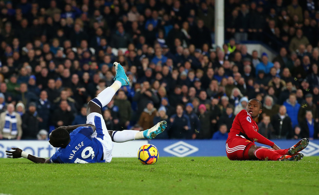 LIVERPOOL, ENGLAND - NOVEMBER 05: Oumar Niasse of Everton holds off Christian Kabasele of Watford as he goes on to score his sides first goal during the Premier League match between Everton and Watford at Goodison Park on November 5, 2017 in Liverpool, England. (Photo by Alex Livesey/Getty Images)