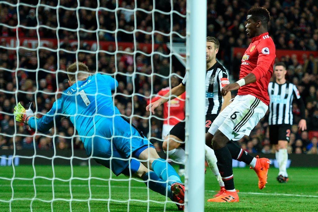 Paul Pogba (R) scores
