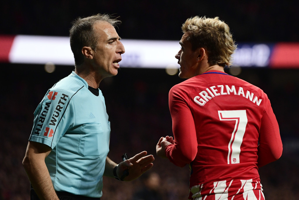 Atletico Madrid's French forward Antoine Griezmann (R) talks with Spanish referee David Fernandez Borbalan during the Spanish league football match Atletico Madrid vs Real Madrid at the Wanda Metropolitan stadium in Madrid on November 18, 2017. / AFP PHOTO / PIERRE-PHILIPPE MARCOU (Photo credit should read PIERRE-PHILIPPE MARCOU/AFP/Getty Images)