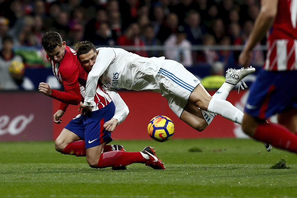 MADRID, SPAIN - NOVEMBER 18: Cristiano Ronaldo (R) of Real Madrid CF clashes with Lucas Hernandez (L) of Atletico de Madrid during the La Liga match between Club Atletico Madrid and Real Madrid CF at Estadio Wanda Metropolitano on November 18, 2017 in Madrid, Spain. (Photo by Gonzalo Arroyo Moreno/Getty Images)