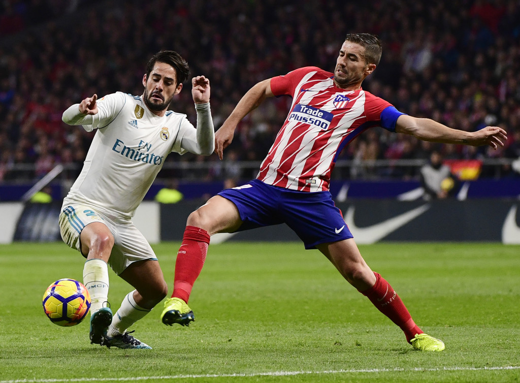 Real Madrid's Spanish midfielder Isco (L) vies with Atletico Madrid's Spanish midfielder Gabi during the Spanish league football match Atletico Madrid vs Real Madrid at the Wanda Metropolitan stadium in Madrid on November 18, 2017. / AFP PHOTO / PIERRE-PHILIPPE MARCOU (Photo credit should read PIERRE-PHILIPPE MARCOU/AFP/Getty Images)