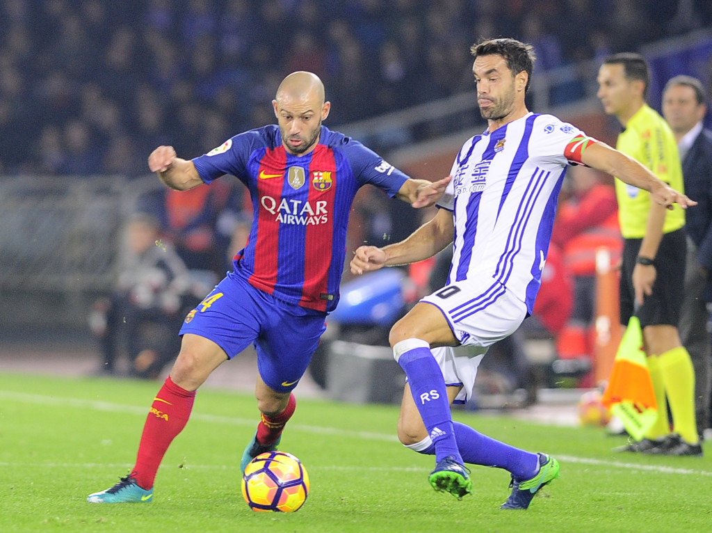 Barcelona's Argentinian defender Javier Mascherano (L) vies with Real Sociedad's midfielder Xabier Prieto during the Spanish league football match Real Sociedad vs FC Barcelona at the Anoeta stadium in San Sebastian, on November 27, 2016. / AFP / ANDER GILLENEA (Photo credit should read ANDER GILLENEA/AFP/Getty Images)