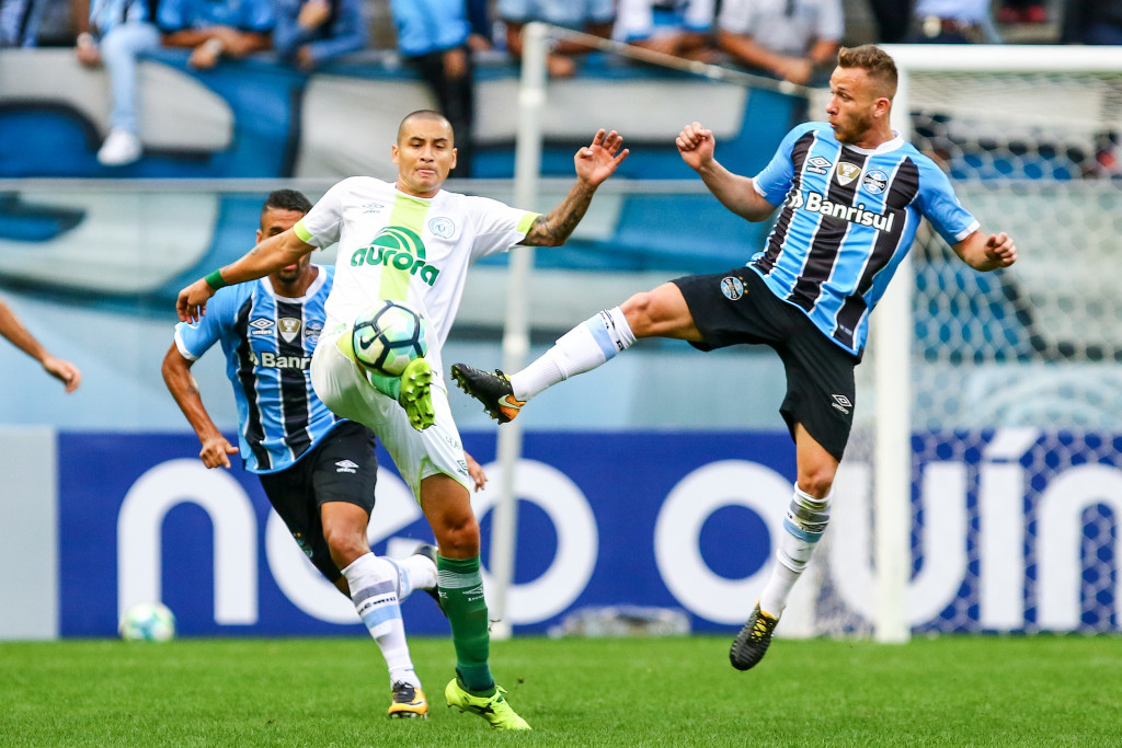 PORTO ALEGRE, BRAZIL - SEPTEMBER 17: Arthur of Gremio battles for the ball against Wellington Paulista of Chapecoense during the match Gremio v Chapecoense as part of Brasileirao Series A 2017, at Arena do Gremio on September 17, 2017, in Porto Alegre, Brazil. (Photo by Lucas Uebel/Getty Images)