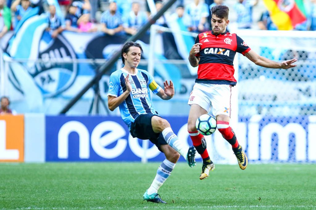 Pedro Geromel (L) battles for the ball with Flemengo's Felipe Vizeu