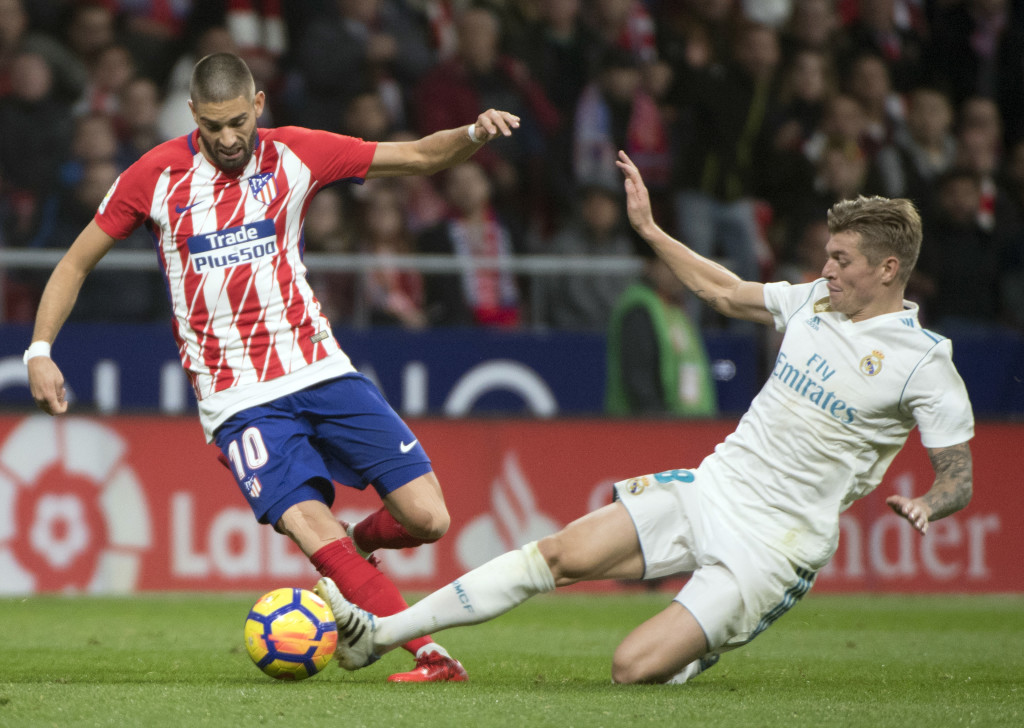 TOPSHOT - Atletico Madrid's Belgian midfielder Yannick Ferreira-Carrasco (L) vies with Real Madrid's German midfielder Toni Kroos during the Spanish league football match Atletico Madrid vs Real Madrid at the Wanda Metropolitan stadium in Madrid on November 18, 2017. / AFP PHOTO / CURTO DE LA TORRE (Photo credit should read CURTO DE LA TORRE/AFP/Getty Images)