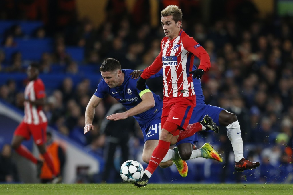 Atletico Madrid's French striker Antoine Griezmann (C) vies with Chelsea's English defender Gary Cahill (L) and Chelsea's French midfielder N'Golo Kante during a UEFA Champions League Group C football match between Chelsea and Atletico Madrid at Stamford Bridge in London on December 5, 2017. / AFP PHOTO / Ian KINGTON (Photo credit should read IAN KINGTON/AFP/Getty Images)