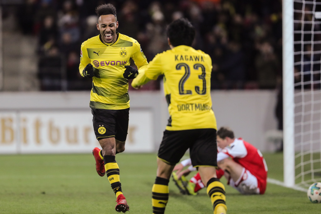MAINZ, GERMANY - DECEMBER 12: Shinji Kagawa #23 of Borussia Dortmund celebrates with Pierre-Emerick Aubameyang after scoring his team's second goal to make it 0-2 during the Bundesliga match between 1. FSV Mainz 05 and Borussia Dortmund at Opel Arena on December 12, 2017 in Mainz, Germany. (Photo by Simon Hofmann/Bongarts/Getty Images )