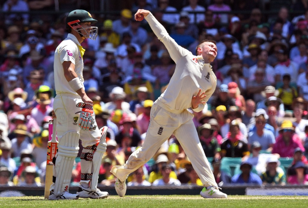 England spinner Mason Crane (R) sends down a delivery as Australia's batsman David Warner (L) looks on, on the second day of the fifth Ashes cricket Test match at the SCG in Sydney on January 5, 2018. / AFP PHOTO / WILLIAM WEST / --IMAGE RESTRICTED TO EDITORIAL USE - STRICTLY NO COMMERCIAL USE-- (Photo credit should read WILLIAM WEST/AFP/Getty Images)