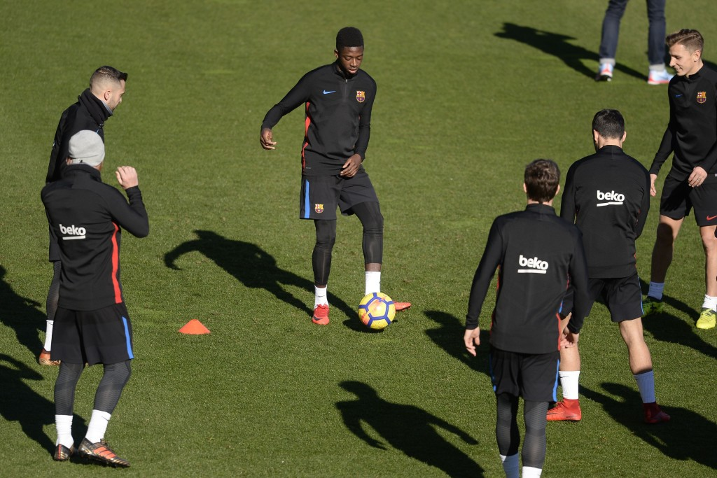 Barcelona's French forward Ousmane Dembele (C) controls a ball next to teammates during a training session in Barcelona on January 5, 2018. / AFP PHOTO / Josep LAGO (Photo credit should read JOSEP LAGO/AFP/Getty Images)