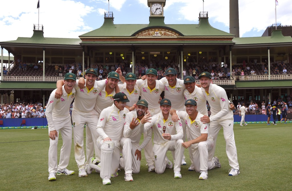 Australia's cricket team celebrates after retaining the Ashes trophy, defeating England on the final day of the fifth Ashes cricket Test match at the SCG in Sydney on January 8, 2018. / AFP PHOTO / WILLIAM WEST / -- IMAGE RESTRICTED TO EDITORIAL USE - STRICTLY NO COMMERCIAL USE -- (Photo credit should read WILLIAM WEST/AFP/Getty Images)