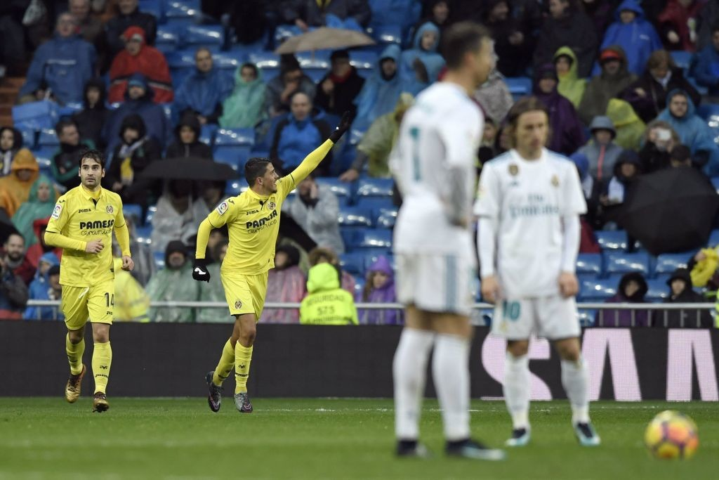 Pablo Fornals (C) celebrates after scoring