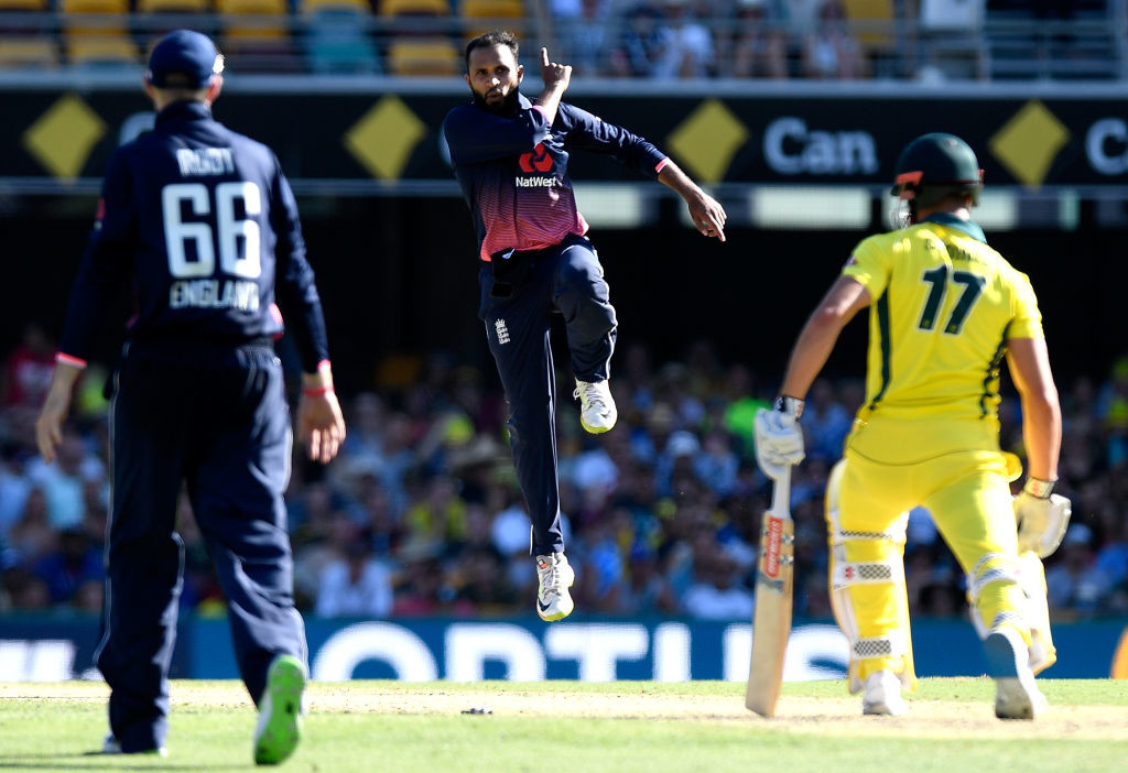 England's bowlers kept a tight leash on the Aussies in the death overs.