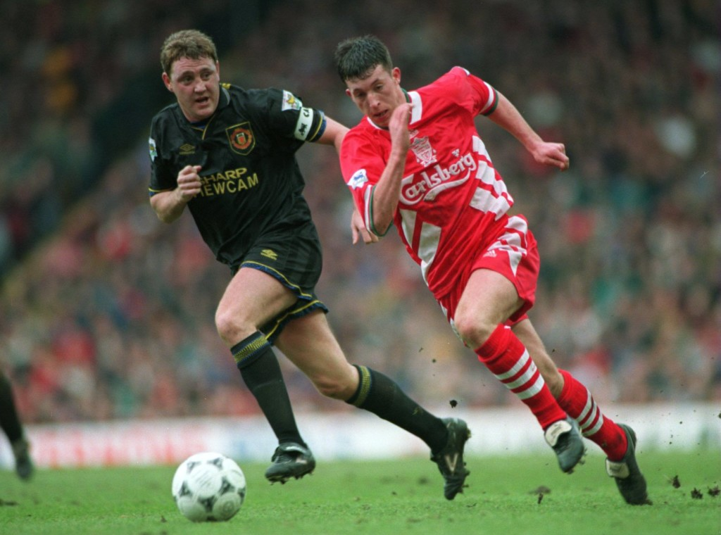 19 MAR 1995: ROBBIE FOWLER OF LIVERPOOL BEATS STEVE BRUCE OF MANCHESTER UNITED DURING A PREMIERSHIP MATCH AT ANFIELD. Mandatory Credit: Shaun Botterill/ALLSPORT