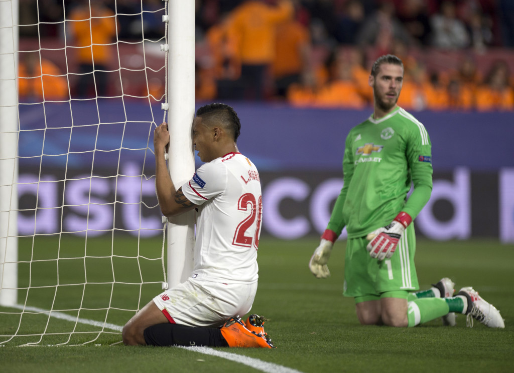 David De Gea (r) performed a miracle with his save from Luis Muriel.