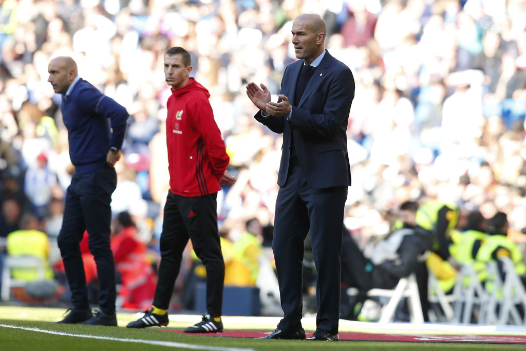 MADRID, SPAIN - FEBRUARY 24: Head coach Zinedine Zidane of Real Madrid CF encourages his team during the La Liga match between Real Madrid CF and Deportivo Alaves at Estadio Santiago Bernabeu on February 24, 2018 in Madrid, Spain. (Photo by Gonzalo Arroyo Moreno/Getty Images)