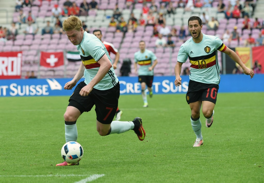 Belgium's midfielder Kevin De Bruyne (L) runs with the ball next to Belgium's midfielder Eden Hazard (R) during the friendly game Switzerland against Belgium on May 28, 2016, at the Stade de Geneve in Geneva. / AFP / PHILIPPE DESMAZES (Photo credit should read PHILIPPE DESMAZES/AFP/Getty Images)