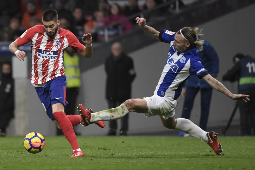 Yannick Carrasco (l) in action against Alaves for Atleti.