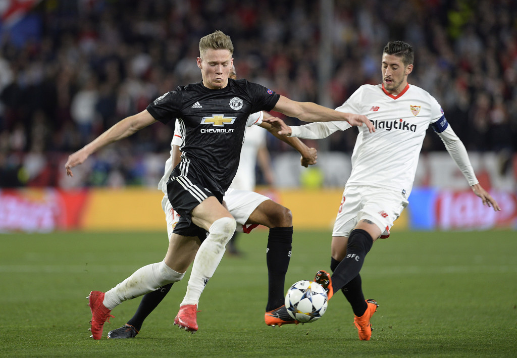 Manchester United's midfielder Scott McTominay (l) fights for the ball with the Sevilla players.