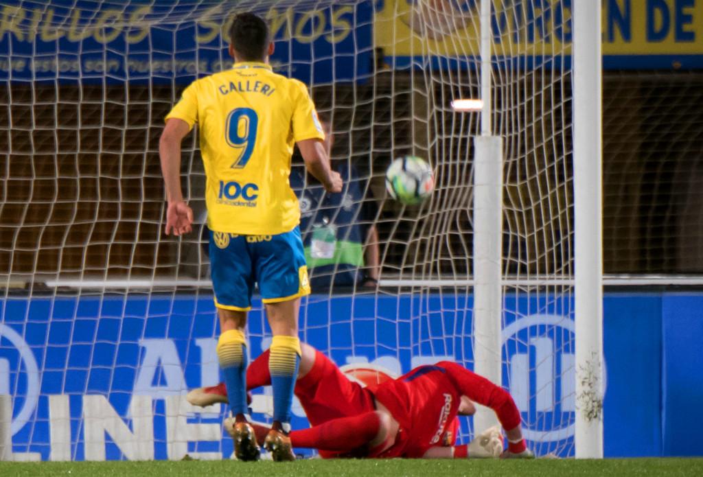 Las Palmas' Argentinian forward Jonathan Calleri scores a penalty against Barcelona.