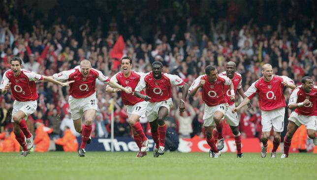 Das Arsenal-Team feiert den letzten Elfmeter von Patrick Vieira