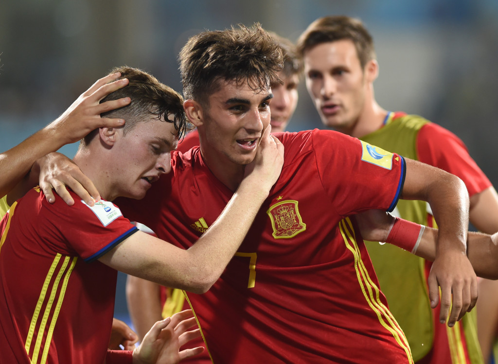 Ferran Torres (C) of Spain celebrates with teammates after scoring a goal during the second semi final football match between Mali and Spain in the FIFA U-17 World Cup at the D.Y.Patil stadium in Navi Mumbai on October 25, 2017. / AFP PHOTO / PUNIT PARANJPE (Photo credit should read PUNIT PARANJPE/AFP/Getty Images)