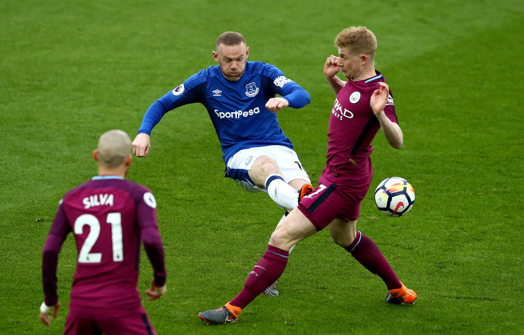 LIVERPOOL, ENGLAND - MARCH 31: Wayne Rooney of Everton battles with Kevin De Bruyne of Manchester City during the Premier League match between Everton and Manchester City at Goodison Park on March 31, 2018 in Liverpool, England. (Photo by Jan Kruger/Getty Images )