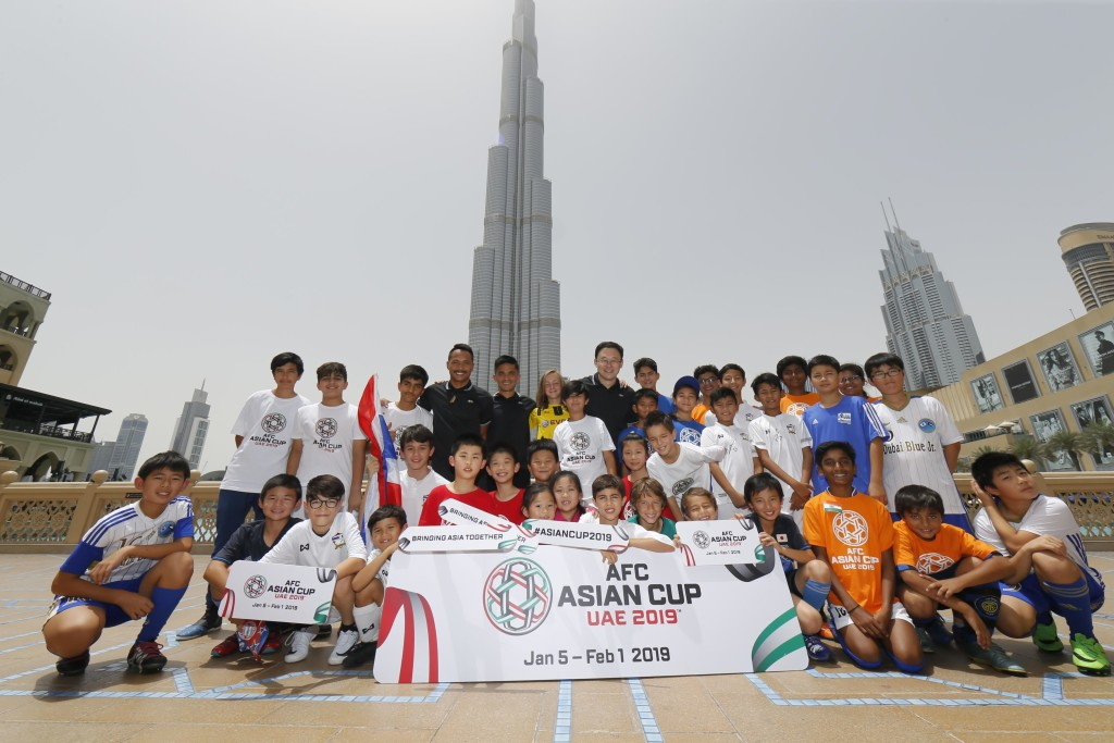 Kids pictured with Sunil Chhetri, Sun Jihai and Pipat Thonkanya in the backdrop of the Burj Khalifa.
